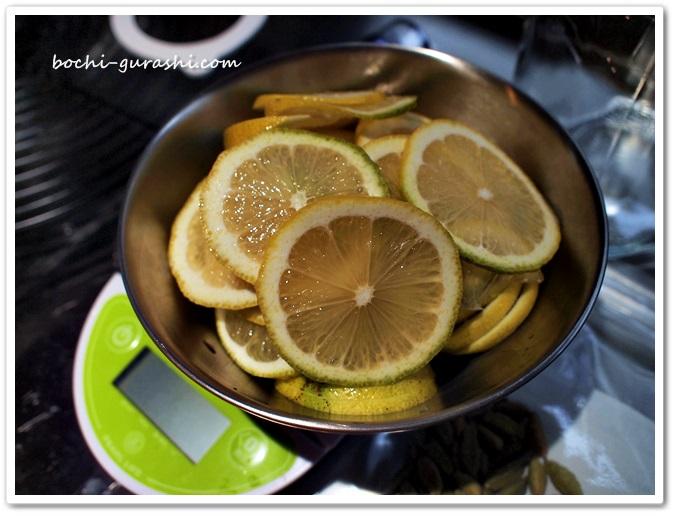 レモンを輪切りに