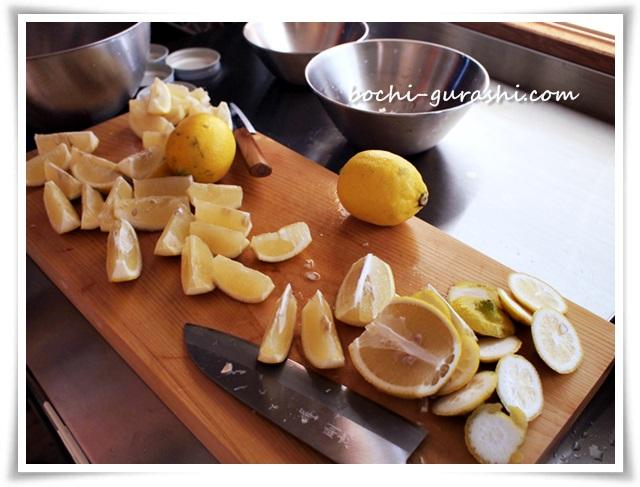 レモンを切り分ける