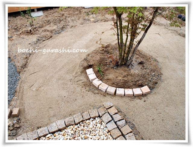 レンガサークル砂を敷く