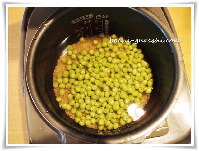 炊飯器に豆をいれる