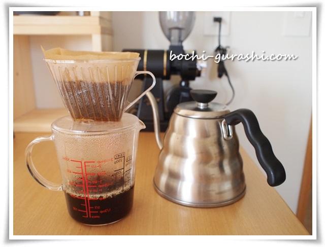 軽量カッブでコーヒーを淹れる