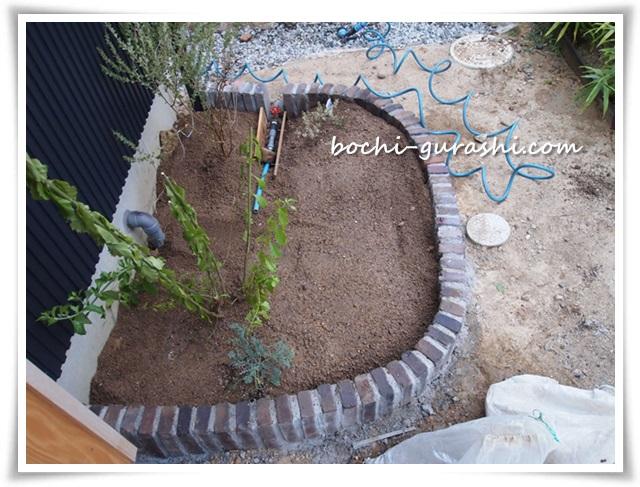 レンガ花壇に土を入れる