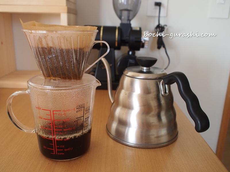 計量カップをコーヒーポットに