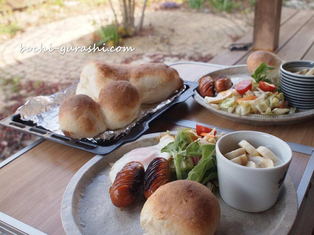 夫の手作りパンで朝食