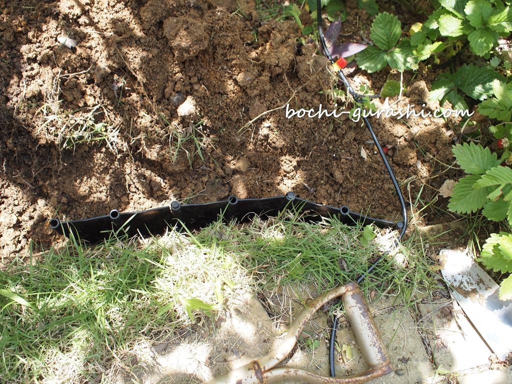 芝ストッパー穴を掘って置く